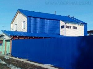 Кровля металлочерепица цвет синий (RAL5005), кровля гараж: профнастил С44 RAL5005, фасад: металлический сайдинг корабельная доска цвет белый (RAL9003), забор: профнастил С8 цвет синий (RAL5005) Советский район/ГЭС