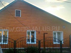 Фасад: металлический сайдинг евробрус рыжее дерево, окна и отлив на фундамент оформлены белыми фасонными изделиями (RAL9003) кровля: профнастил С20 зеленый RAL6005
