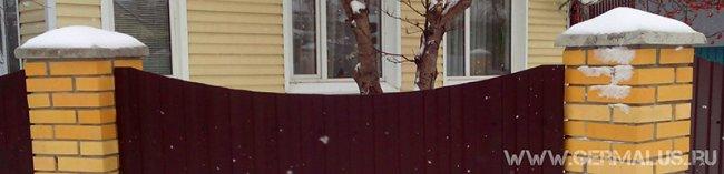 Забор из профнастила С8 с кирпичными столбами фото