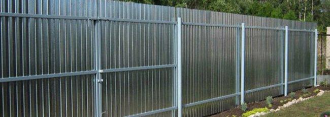 Забор из оцинкованного профнастила фото