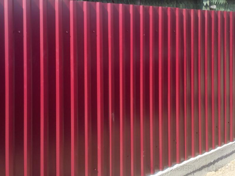 Забор С20 красное вино (RAL3005) c отмосткой без отливов Ельцовка ул. Черносельская; монтаж весна 2014 г.