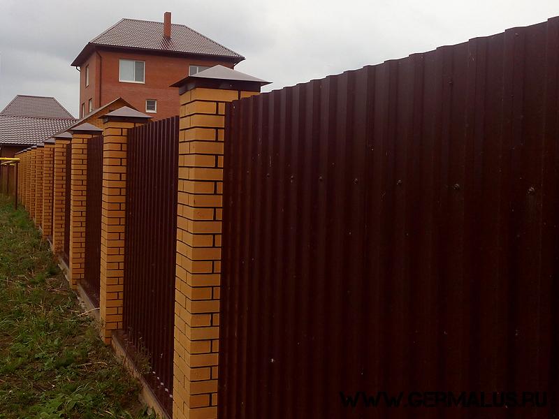 Забор с основанием из кирпичных столбов профнастил С20 коричневый RAL8017 колпаки на столбах (грибберы) RAL8017, отмостка закрыта отливами. Жилой дом с. Ленинское 2013 год.